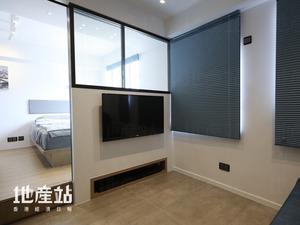 電視飾牆與主人房一併設計,半截飾牆改裝鐵綫玻璃連黑色焗油鐵框外,電視地櫃亦嵌入主人房的儲物矮台中。
