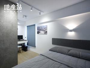 由兩房及局部客廳打通而成的主人房,同時設有工作間及衣櫃位。床頭位置新造藍色捫布咕(口臣)外,傢俬物料亦連貫以防火膠板處理。