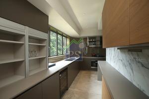 廚房呈曲尺型的,有相當充足的儲物空間。