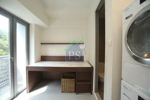廚房內的儲物室同樣空間充足,可擺放洗衣及乾衣機,亦連接16平方呎工作平台。