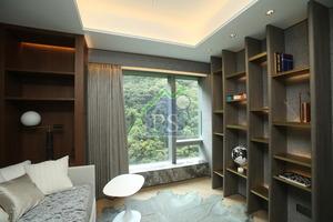設計師將其中一間睡房打造成閱讀室,牆身放有書架。
