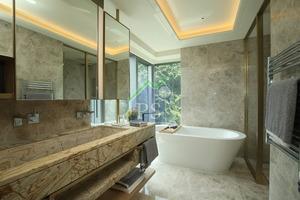 主人房內浴室設玻璃大窗,住戶享受浸浴同時,亦可欣賞窗外綠油油山景。
