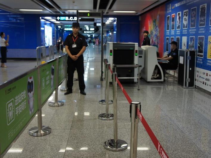 廣州地鐵今日起提升安檢級別,按「人走安檢門、物過安檢機」原則實施安檢。(廣州地鐵網頁圖片)