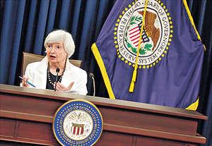 聯儲局主席耶倫料意識到系統性風險爆發臨近,故需及時採取行動,惟其做法和特朗普政策相牴觸,有評論擔心或影響她連任,為市場帶來不確定性。(路透社資料圖片)