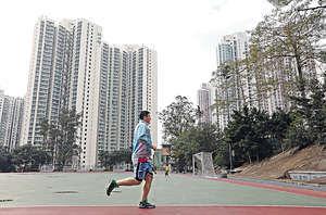政府長遠而言,應改善城市規劃和地區景觀,提供優質公共空間,讓不論住在資助房屋還是私樓的港人,亦可生活得更好。(資料圖片)