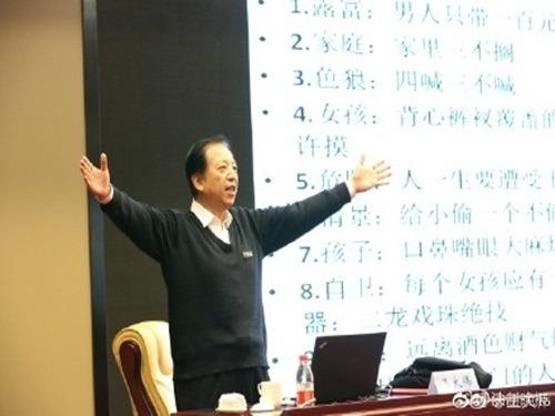 公安大學教授王大偉以輕鬆活潑的形式,教導小朋友保護自己。