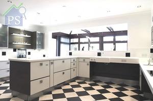Ropox Kitchens結合專利的手動或遙控配件外,同時可因應客人需要,訂造各款枱面石及櫃門物料等,貫徹室內設計。