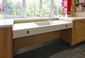 以升降廚房枱面及鋅盆為例,承重力達150千克,可變高度在30厘米範圍內。