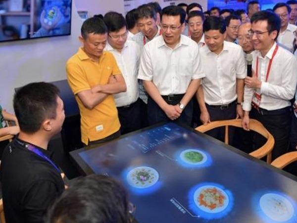 浙江省省長袁家軍與馬雲,到無人餐廳體驗。