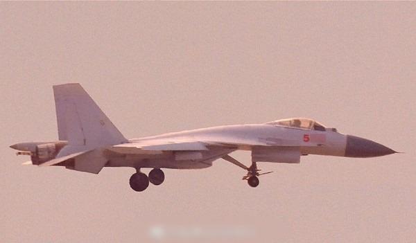 網曝有殲-15艦載機,已裝上彈射桿。