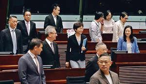特首林鄭月娥(中)昨出席立法會答問大會時指,當局會在不影響本地勞工下,按個別行業有限度輸入外勞。(程志遠攝)
