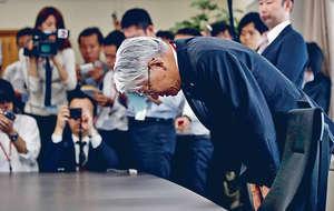 神戶製鋼所社長川崎博也為產品數據造假醜聞鞠躬道歉,形容醜聞已令公司的信譽降至零。(路透社圖片)