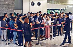 新地旗下日出康城晉海昨晚推售10伙,吸引逾40組買家到場登記。(陳偉英攝)