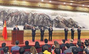 十九屆一中所見政治局常委的特點,就是除卻連任的習近平(左一)和李克強(右三)外,其餘5人,從栗戰書(左四)、王滬寧(左三)到趙樂際(右一),在地方省市、國務院部委的經歷不算突出。(新華社資料圖片)