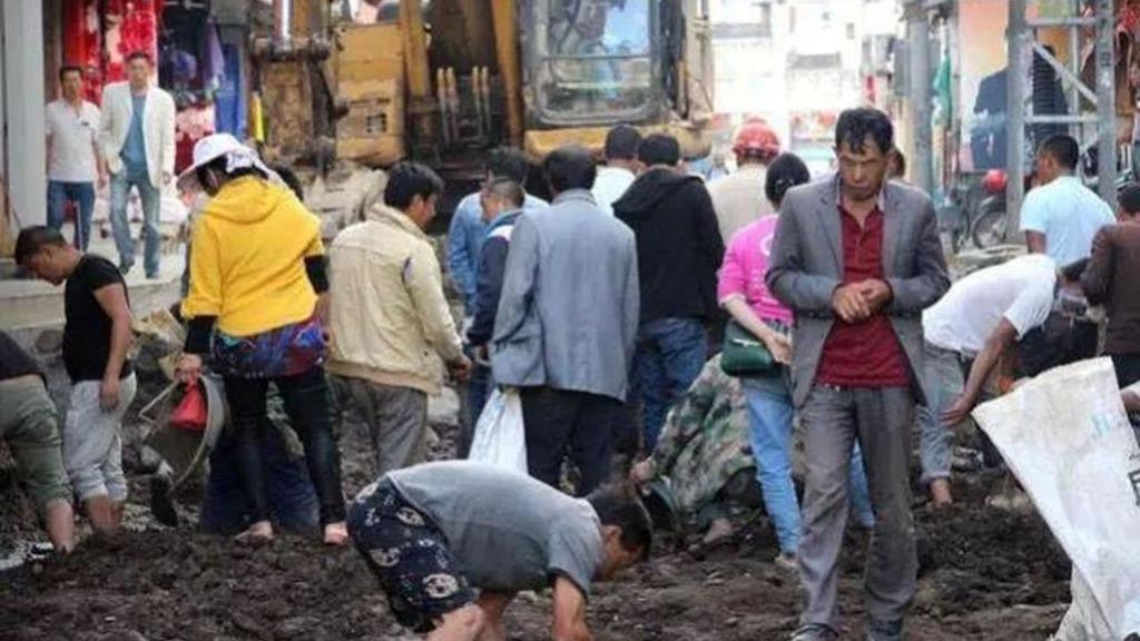 大批騰衝民眾湧入當地道路改造施工現場,形成鬧市挖玉的奇景
