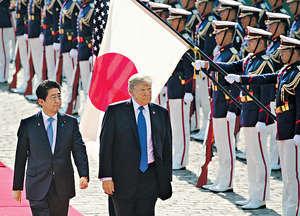有評論認為,日本再走聯美抗中之路絕無前途,在中美間只能保持中立。圖為日本首相安倍晉三(左)接待到訪的美國總統特朗普。(法新社資料圖片)