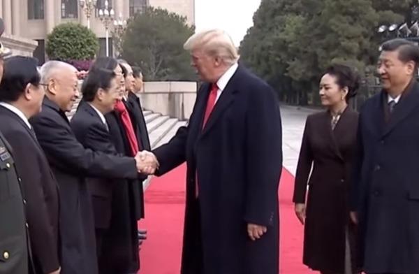 特朗普與董建華握手。