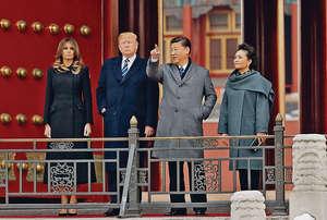 美國總統特朗普(左二)上任後首度訪華,與國家主席習近平(右二)會面時,即使平時盛氣凌人的特朗普在談及中美貿易逆差時都頗為克制,不敢對中方咄咄逼人。(中新社資料圖片)