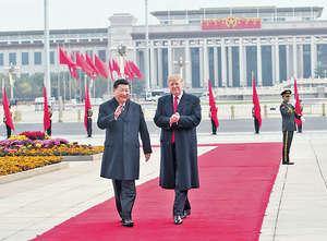 國家主席習近平(左)日前與訪華的美國總統特朗普(右)會晤,見證中美企業簽署逾2500億美元的商業協議。(新華社資料圖片)