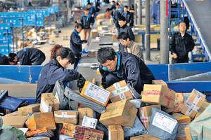 據中國國家郵政局2016年統計,中國快遞業所用紙箱原紙多達4600萬公噸,消耗約7200萬棵樹。(中新社圖片)
