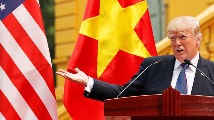 美國總統特朗普此前在越南展開國事訪問,與越南國家主席陳大光在會談期間稱,願意在南海問題上「當一個調停人,或者仲裁人」。