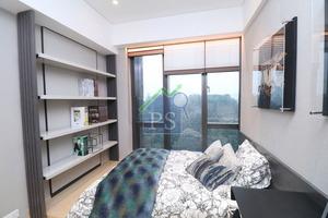 其中一間套房設地台,擺放矮床,床尾則放有層架。