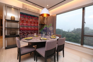 飯廳擺放一張可供6人用膳的橢圓形餐桌,牆身有一幅特色掛畫作點綴。