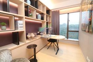 另一間房間打造成書房,儲物櫃及書桌均採用淺色木材,配以紫色牆身。