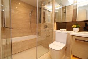 主人套房浴室空間寬敞,淋浴間及浴缸兼備。