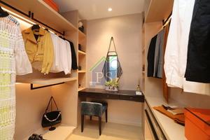 主人套房設衣帽間,梳妝桌置中擺放,兩旁設儲物櫃供住戶存放衣物。