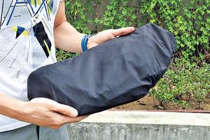 台灣服裝品牌織本主義的產品很注重功能性,例如在創辦人陳璽年身上的這款外套,可反轉變成一個袋。(陳偉能攝)