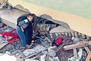 伊拉克庫爾德地區亦受地震波及,區內房屋塌陷,一名男子觀看有否人被埋。(路透社圖片)