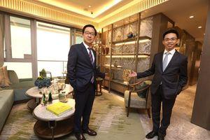 新地副董事總經理雷霆(左)及新地代理總經理陳漢麟(右)昨日介紹西南九龍匯璽II示範單位,指會盡快向公眾開放參觀。