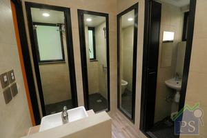 浴室將淋浴間及廁所分開間隔,以方便宿生,減少「爭廁所」情況出現。