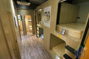 房間內家具均採用木材,每個床位設衣櫃,及一張小桌子。