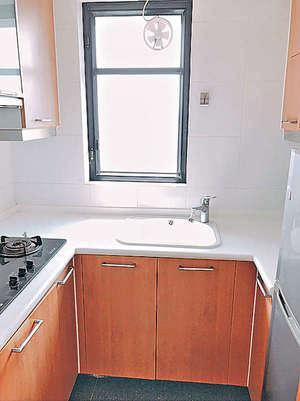三面廚櫃,儲物空間多。(代理提供)