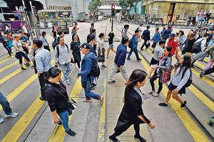一家人力資源顧問公司最新薪酬趨勢調查結果預計,明年本港僱員的工資扣除通脹實際增幅1.8%,在亞洲區20個受訪國家或城市中排名16,低於內地及新加坡。(程志遠攝)