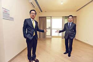 西南九龍匯璽II昨開放一個4房雙套交樓標準示範單位,新地副董事總經理雷霆(左)表示,此戶型將於首份價單中推出。右為代理總經理陳漢麟。(張永康攝)