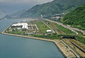 本港填海造地比率遠低於新加坡、澳門和深圳,嚴重影響房屋及經濟發展。圖為小蠔灣填海。(資料圖片)