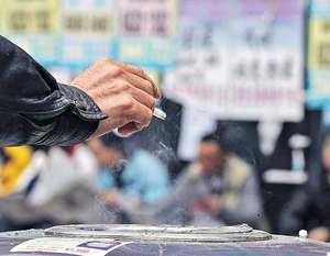 美國疾控中心研究發現,男煙民單靠個人決心戒煙,僅3至6%機會成功,有藥物、輔導等外力介入卻可增逾倍。(資料圖片)
