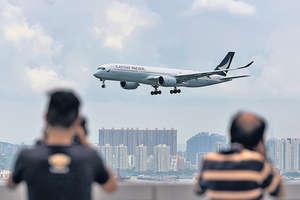 過境轉機旅客是航空樞紐的重要指標之一,香港近年呈現明顯的跌勢,由2008年的38%,下跌至去年的31%。(法新社資料圖片)