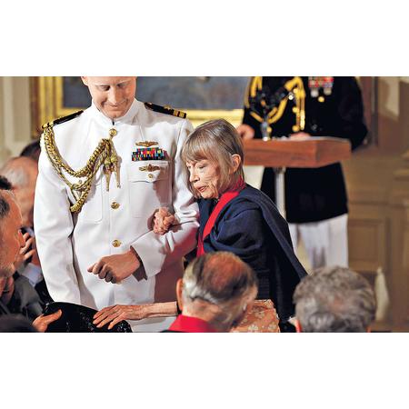 2013年著名作家瓊.蒂蒂安於美國白宮獲頒2012 National Humanities Medal。(路透社圖片)