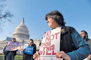 美國國會參議院通過的稅改法案,需與眾議院早前通過的版本合併,再交予兩院審議。圖為當地民眾在國會大廈外反對稅改。(新華社資料圖片)