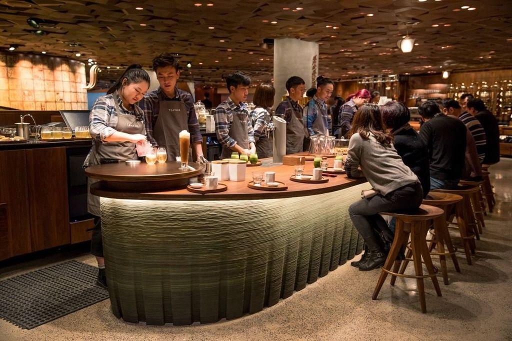 上海巨無霸星巴克還賣酒。
