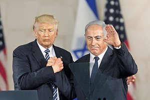 以色列總理內塔尼亞胡(右)去年美國大選期間,飛往東岸支持特朗普(左);到特朗普上任後,就透過駐以色列大使館遷往聖城耶路撒冷,來肯定該地作為以國首都。(法新社資料圖片)