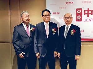 中原地產亞太區主席兼行政總裁黃偉雄(中)表示,明年私人住宅樓價升幅約10%,較今年全年17%有所收窄。(余敏欽攝)