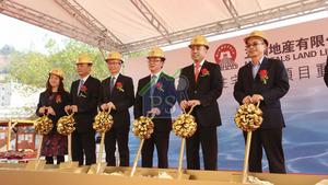 五礦地產油塘仁宇圍地皮昨舉行動土儀式。右二為主席李福利,右三為副主席兼董事總經理何劍波。