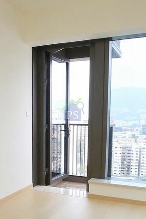 主人房內工作平台的玻璃幕門,或會因強風吹至而大力關上。