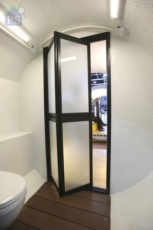 以趟摺門分隔的浴室區,鋪上戶外木地板外,同時在通道兩旁編排掛牆式座廁及淋浴花灑,用盡每寸空間。