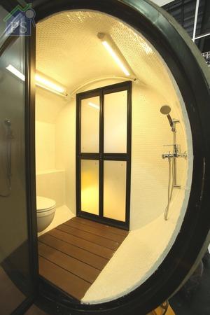 浴室設於屋後位置,座廁及淋浴花灑編排在通道兩旁。